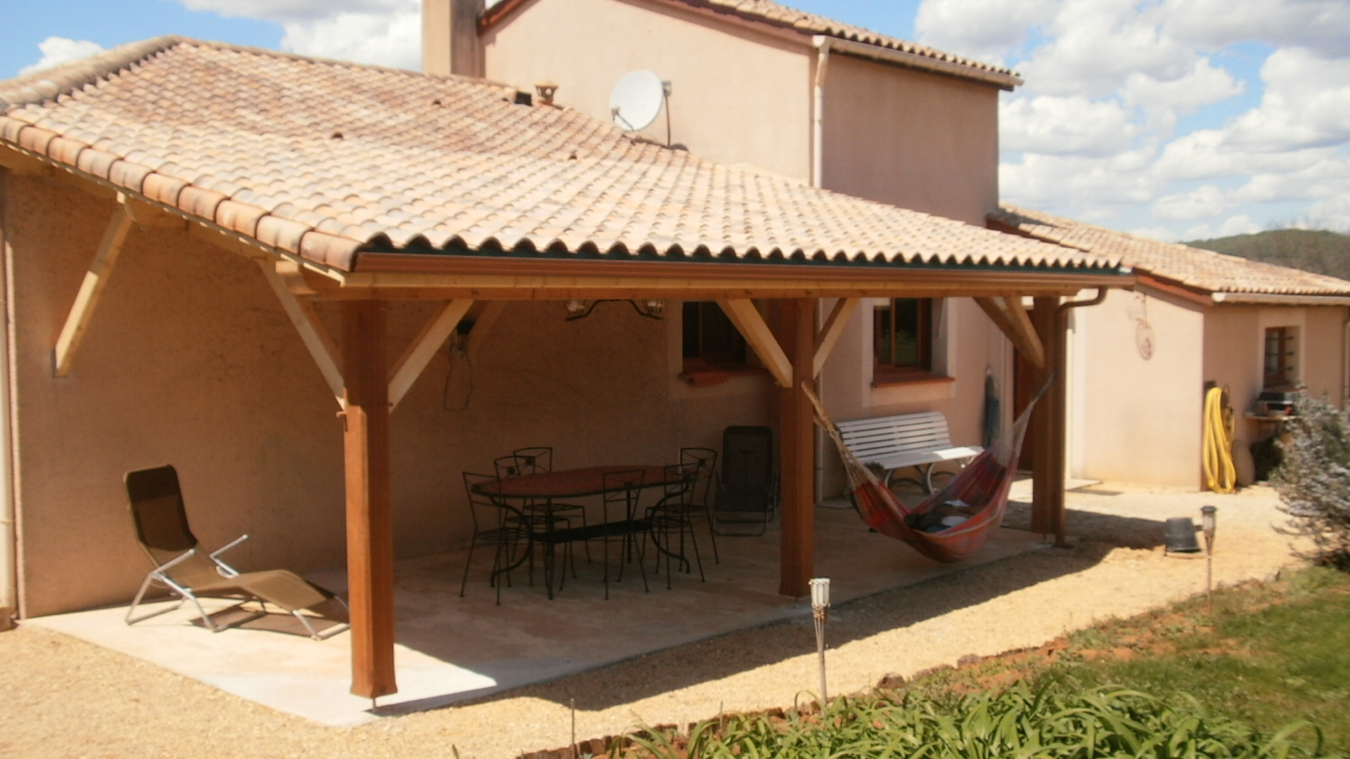 Terrasse charpente traditionnelle fargal for Terrasse couverte toit plat